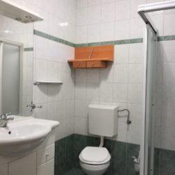 Soba-enojne postelje-kopalnica
